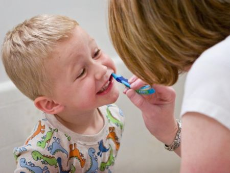 Menyikat Gigi Anak