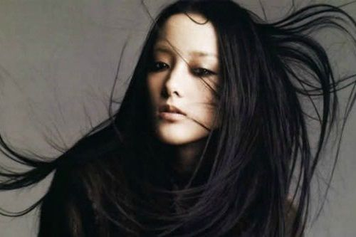 Wanita dengan Rambut Hitam