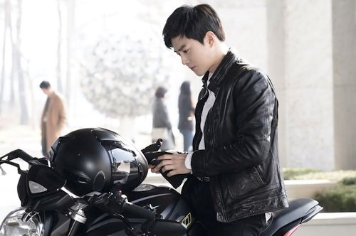 Foto Terbaru Suho EXO Rich Man 5