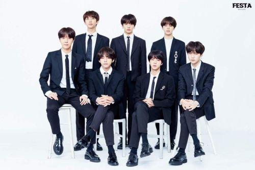 BTS Berpose di Depan Kamera